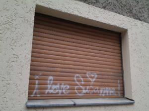 graffiti auf einer fensterjalousie